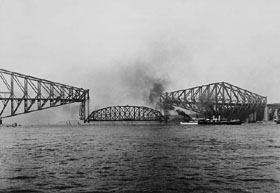 Lift of the centre span of the Québec Bridge<br>September 11, 1916, 10:25 a.m.