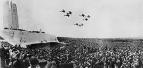 Défilé aérien lors de l'inauguration du Monument