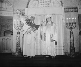 Rabbin Dr. Charles Denberg (gauche) à la synagogue B'Nai Jacob.