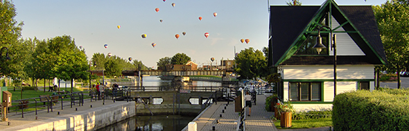We see many balloons in the sky of Lock No. 9 at Chambly Canal