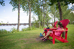 Kids sitting on red chairs installed at Chambly
