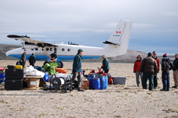 Les archéologues déchargent l'avion Twin Otter au refuge Polar Bear.