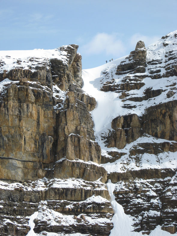 Des alpinistes ascensionnent le mont Isolated, parc national Yoho.