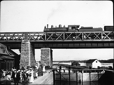Train crossing bridge over canal, Ste. Anne de Bellevue, QC, 1904 - © Musée McCord