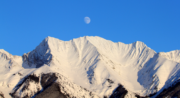 Mitchell Range and the moon © Parks Canada / Alan Dibb