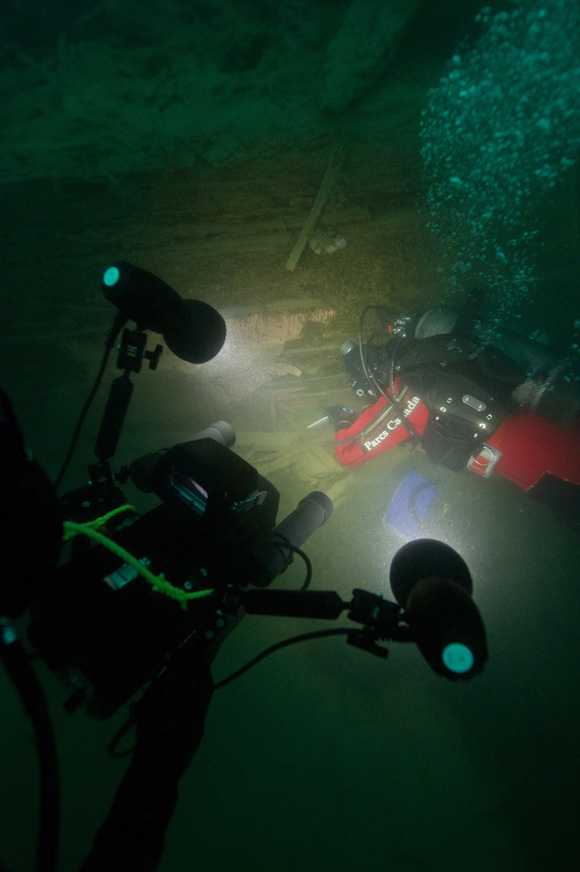 Tournage video d'un archéologue documentant le HMS Investigator.