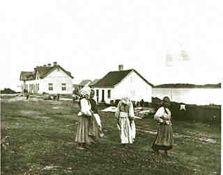 ancient picture of four immigrant women walking on Grosse Île