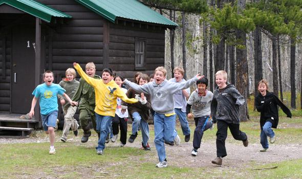 Juin : Des enfants s'amusent au camp des enquêteurs de l'écosystème au parc national des Lacs-Waterton